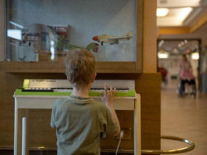 bambino di fronte a vetrina del Museo