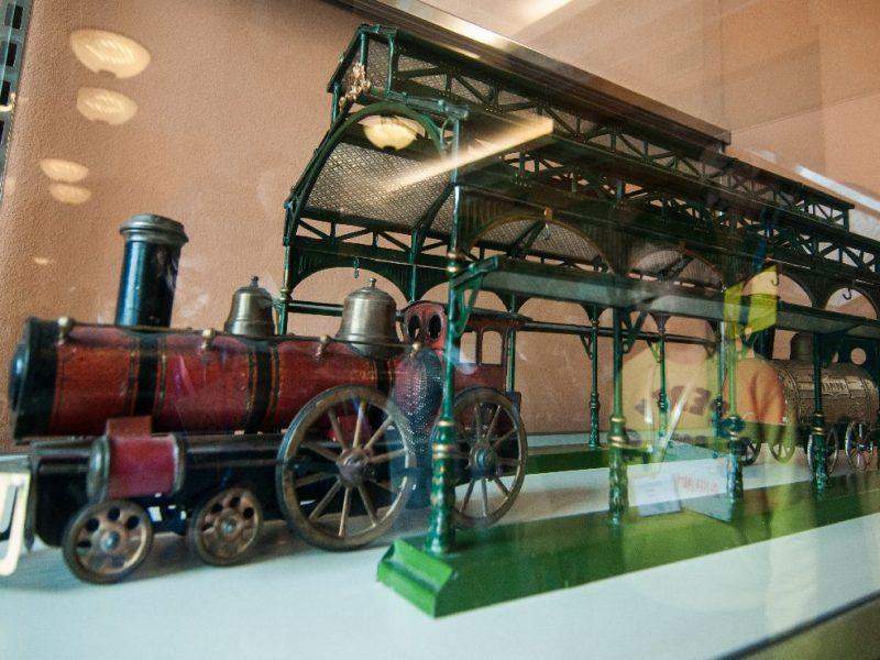 particolare di una stazione per treno giocattolo dei primi del '900