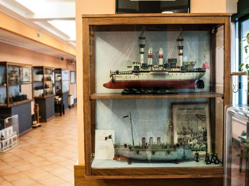 visione d'insieme con vetrina con due modelli di nave