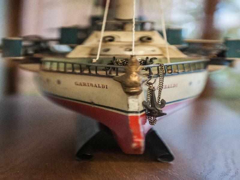 particolare di una nave modello in metallo