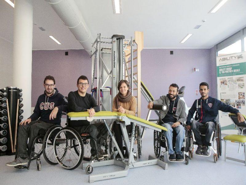 gruppo di atleti paralimpici in palestra
