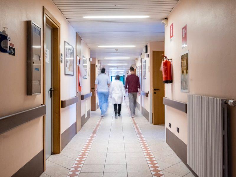 corridoio interno con persone che camminano