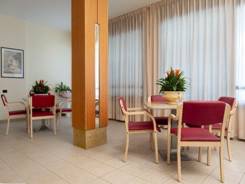 sala con tavoli e sedie per attivita' di socializzazione