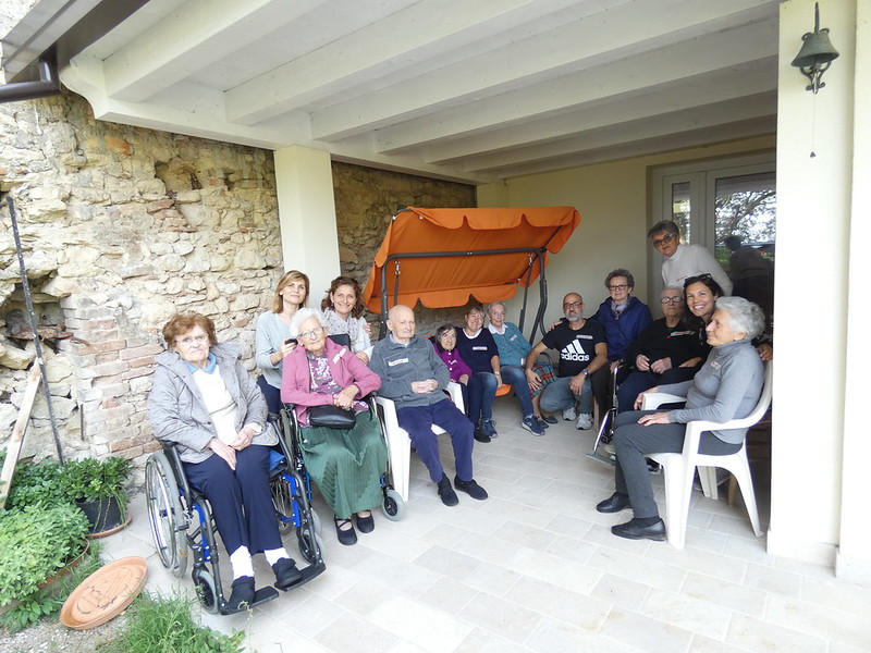 Un gruppo di ospiti con loro accompagnatori
