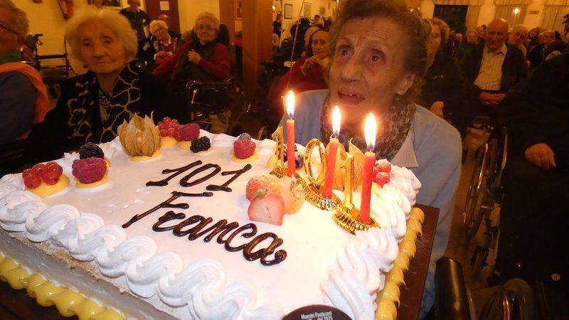La centenariasignora Franca che spegne le candeline