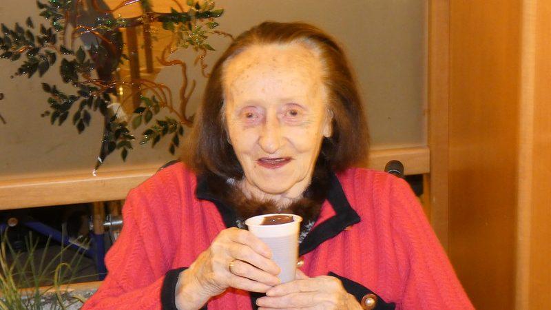 Un ospite della residenza che beve una dolce cioccolata calda offerta subito dopo il gioco