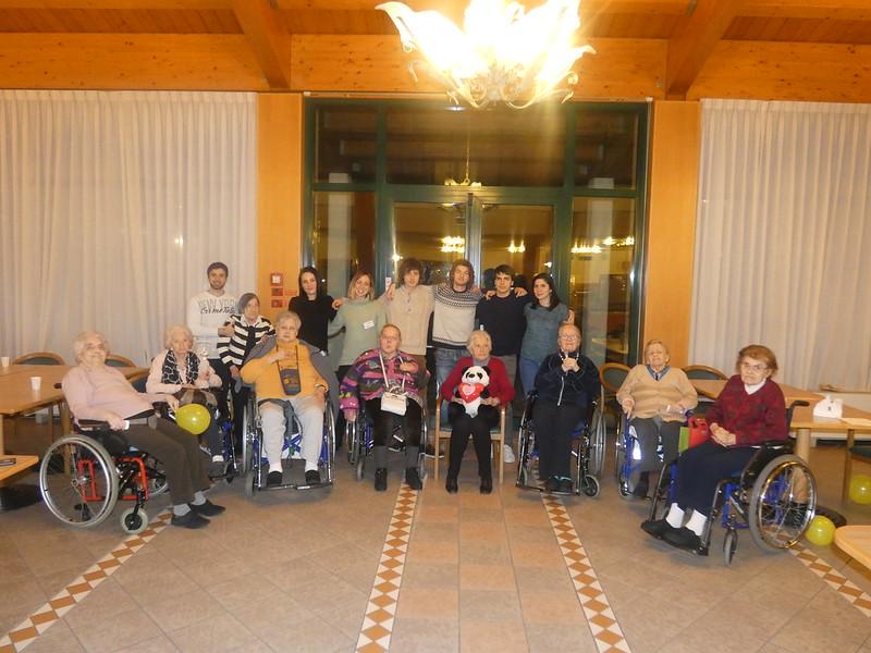 Alcuni ospiti della Residenza Pio XII con i ragazzi della Caritas di Padova