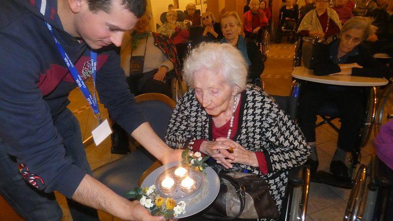 Un ospite della Residenza che spegne le candeline