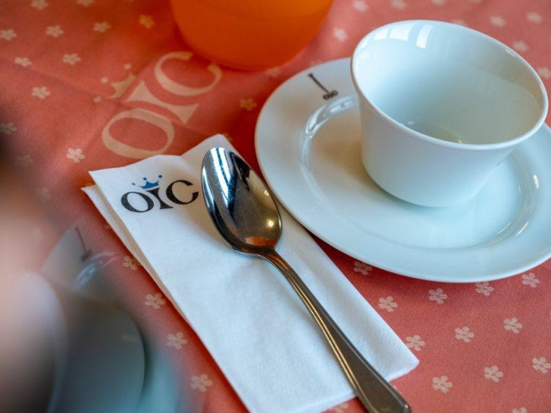 tavolo attrezzato per la colazione del mattino