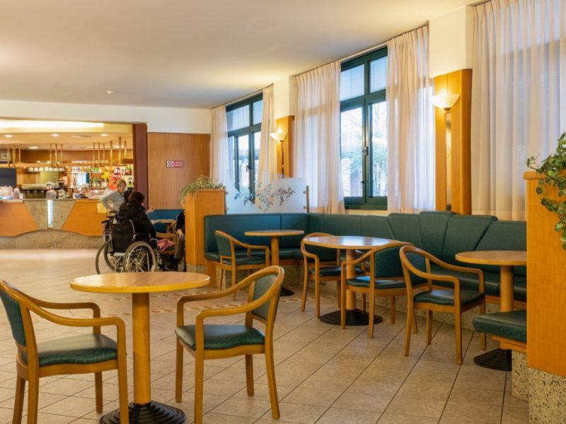 l'ampio salotto antistante il bar della Residenza Pio XII