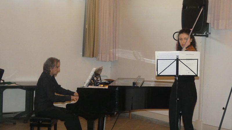 I due artisti Federica alla viola e Cristiano al pianoforte durante il concerto.