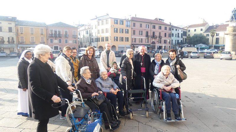 Gli ospiti delle Residenze Pio XII, Santa Chiara e Airone con il vescovo Cipolla.
