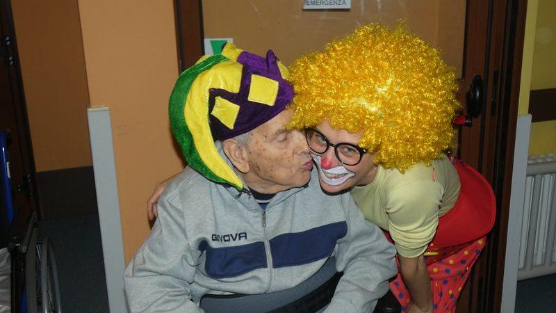 L'educatrice Silvia della Residenza Pio XII con un ospite del nucleo protetto mascherati da carnevale