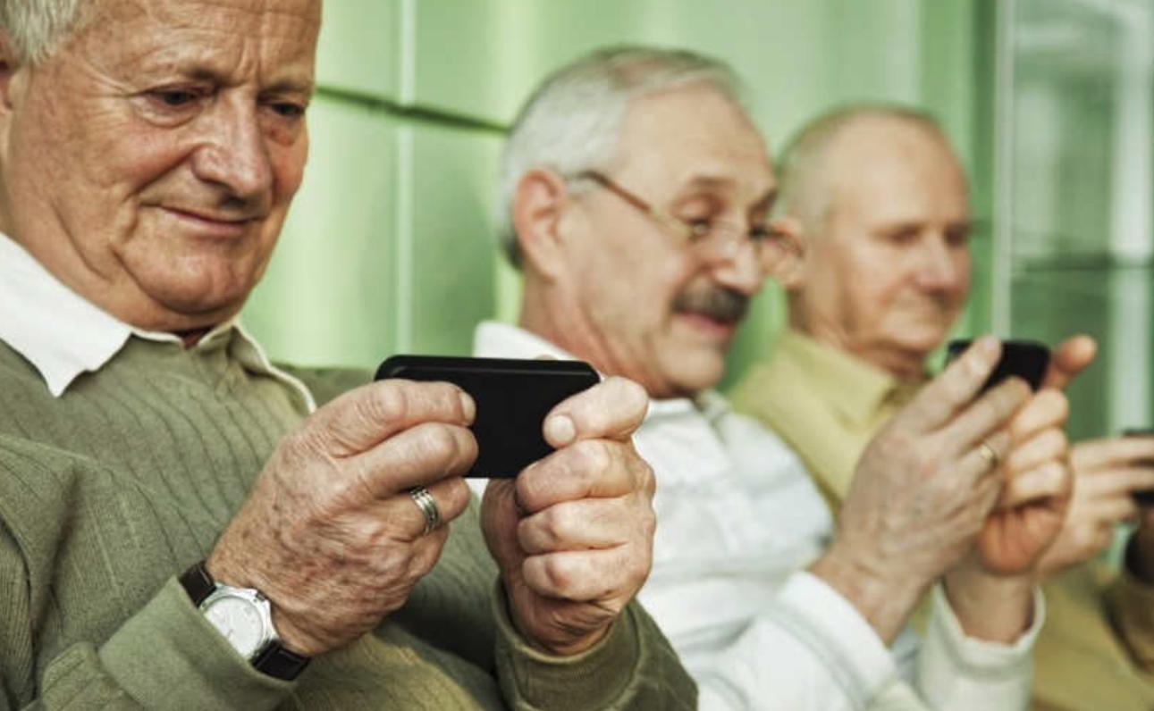 anziani e uso di smartphone