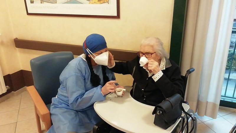 L'ospite Iole che beve una tazza di caffè con una operatrice di nucleo.
