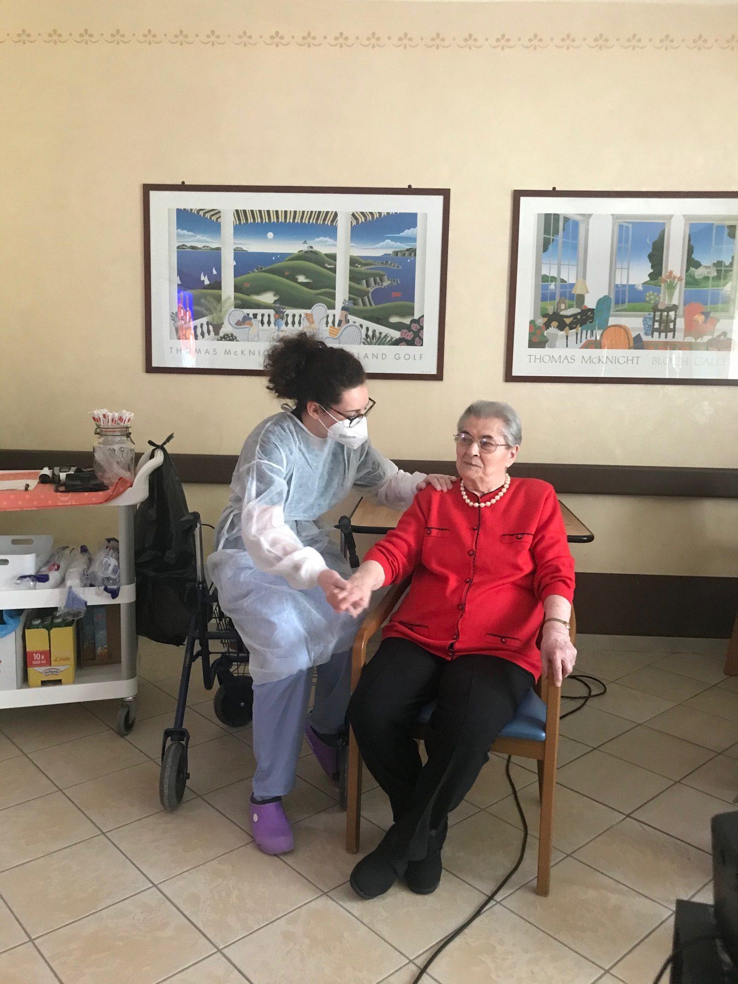 Un'ospite della residenza con la fisioterapista Elena