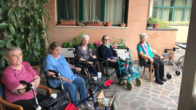 Un gruppo di ospiti in giardino