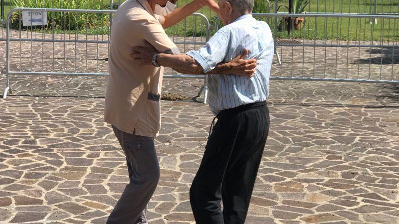Un ospite con la Pirma opeatrice Marzia che ballano in giardino